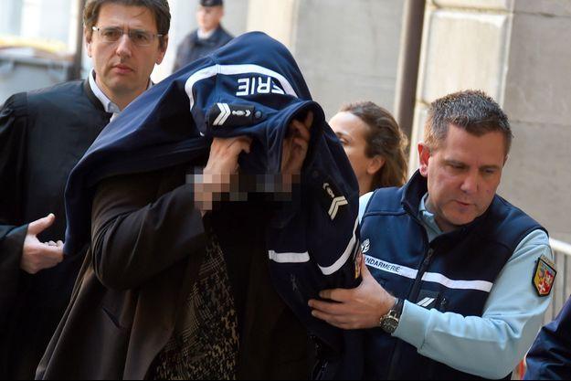 Ludivine Chambet entourée de policiers à son arrivée à la cour d'assises de la Savoie
