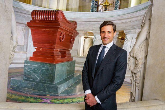 Jean-Christophe Napoléon devant le célèbre tombeau, le 26 avril, neuf jours avant la cérémonie officielle qu'il présidera aux Invalides.