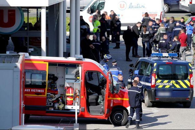 Les secours sur les lieux de l'attaque du supermarché.