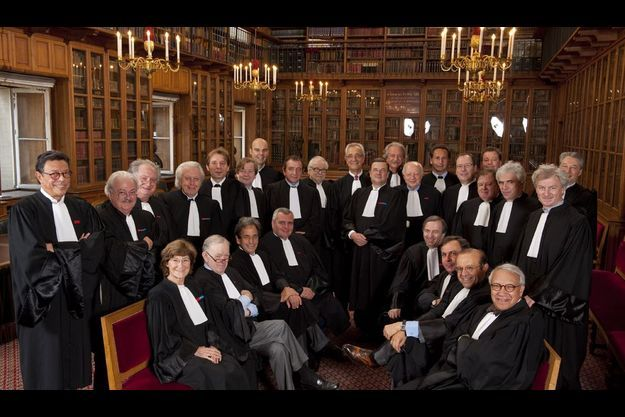 A l'occasion du bicentenaire du rétablissement du barreau de Paris (la profession d'avocat avait été supprimée en 1790 par l'Assemblée nationale, puis rétablie en 1810), ils sont réunis dans la bibliothèque de l'ordre, au Palais de justice.
