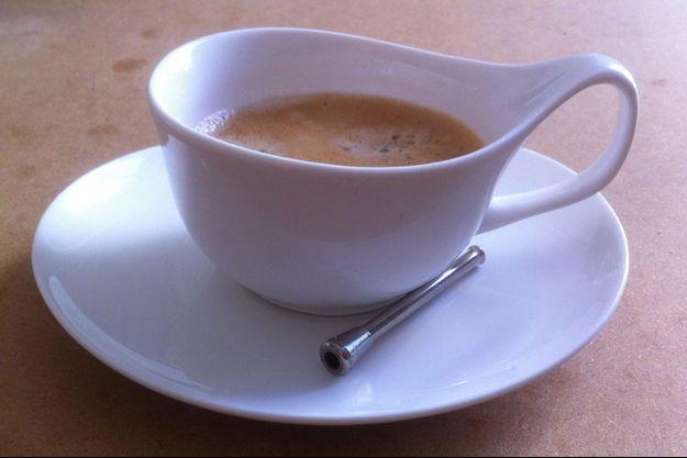 """Un café et une paille. Juliette F: «Aussi banal qu'un instant """"café-clope"""", j'aimais mon """"café-coke"""". Une mini """"trace"""" pour accompagner ma journée.»"""