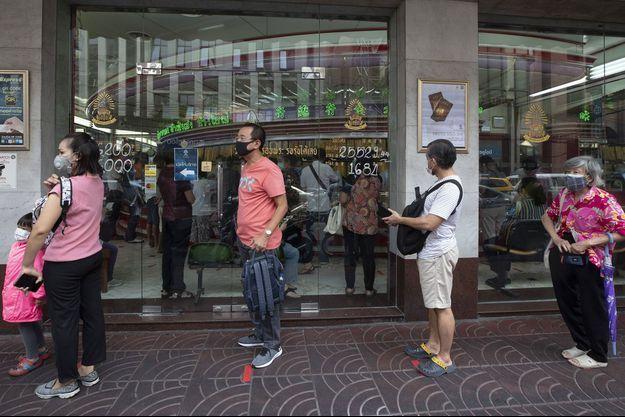 File d'attente à Bangkok devant un commerce, le 14 avril