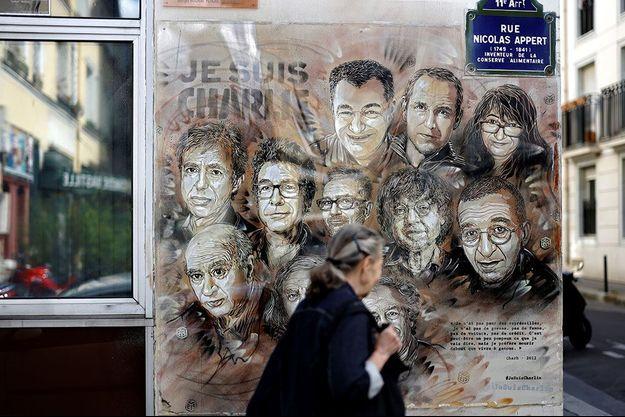 """Rue Nicolas-Appert, à Paris, non loin du lieu de l'attentat du 7 janvier 2015 à la rédaction de """"Charlie Hebdo"""". L'œuvre est signée de l'artiste de rue C215."""