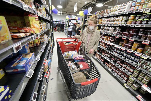 Une femme portant un masque fait ses courses à Saint-Laurent-du-Var.