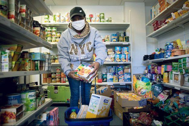 Lithy, 35 ans, en invalidité, 3 enfants et un mari au chômage. Avec l'aval des services sociaux, elle fait désormais ses courses à l'épicerie solidaire d'Achères.