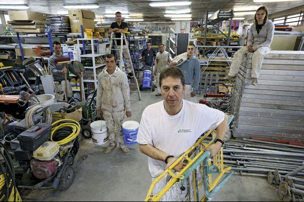 A Reims, le 9 novembre, Thierry Prévot, fondateur des Compagnons peintres champenois, emploie une dizaine de personnes. Il craint une hausse de la TVA à 10 % : « Déjà, les tarifs des ouvriers venus des pays de l'Est sont inférieurs aux nôtres. »