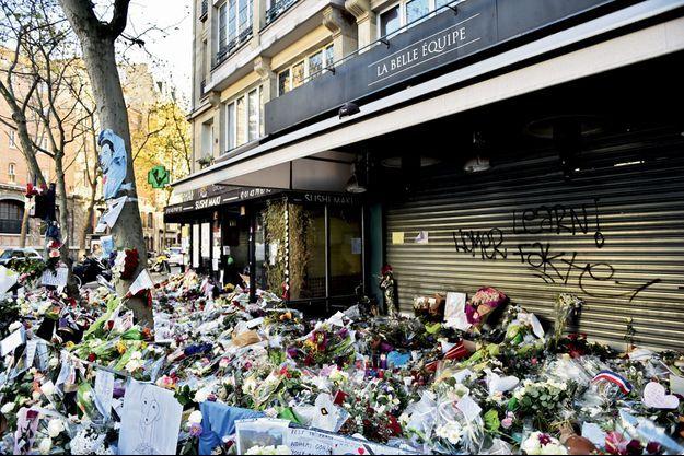 Hommage aux 19 victimes devant le restaurant de la rue de Charonne.