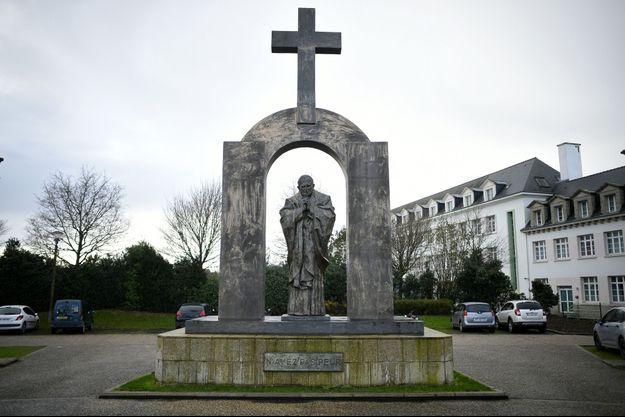 La croix de cette statue va devoir être retirée.