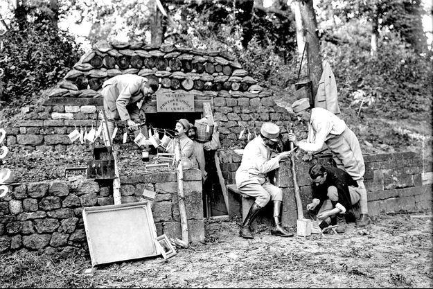 14 août 1917. Développement et tirage des photos dans le blockhaus de la Section photographique et cinématographique de l'armée (SPCA) qui deviendra l'ECPAD.