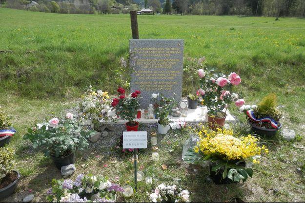 La stèle en hommage aux victimes du crash de l'avion Germanwings.