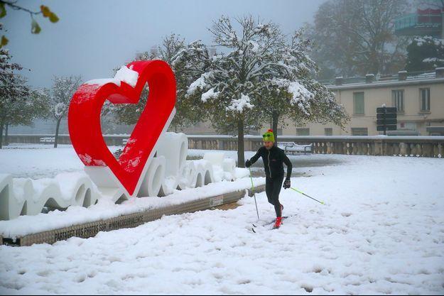 Un homme fait du ski de fond à Valence (Drôme).