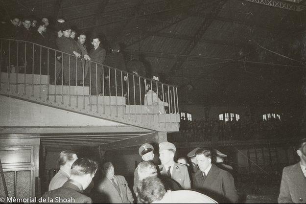 Le 14 mai 1941 au gymnase Japy. Le visage à moitié dans l'ombre, le préfet de police de Paris, François Bard. Au centre, le lieutenant SS Theodor Dannecker.