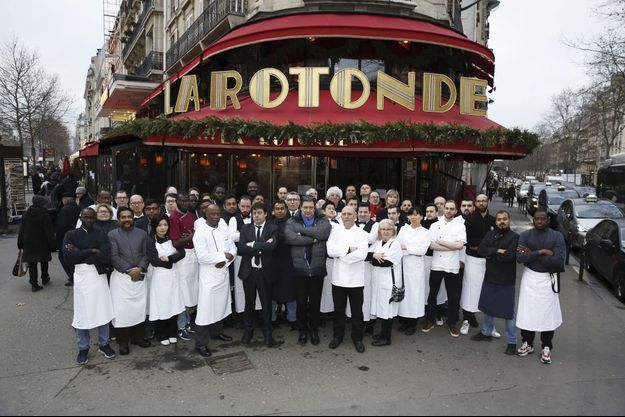 Jeudi 23 janvier, les 48 membres de la brigade sont réunis autour des propriétaires, Serge et Gérard Tafanel, et de Franck Gonnet, chef de cuisine. Ils ne savent pas quand ils pourront reprendre le travail.