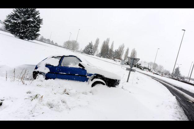 Les voitures sont nombreuses à rester sur le bord de la route, comme celle-ci dans le Calvados.