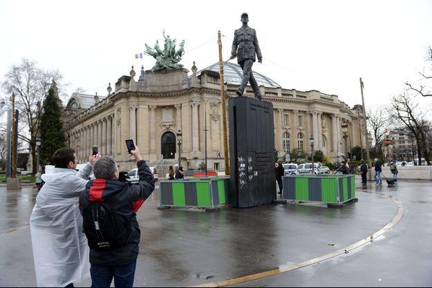 La statue du Général de Gaulle taguée à Paris.
