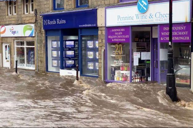 Une rue inondée d'Hebden Bridge, en Grande Bretagne, après le passage de Ciara.