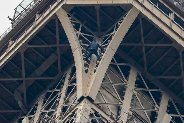 Une personne a escaladé la tour Eiffel, lundi.