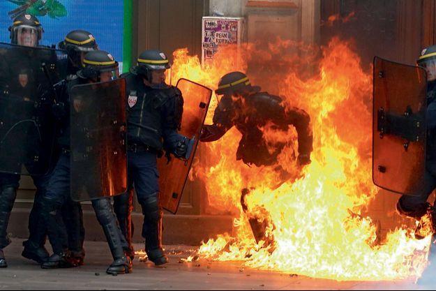 Un CRS est touché par un cocktail Molotov.