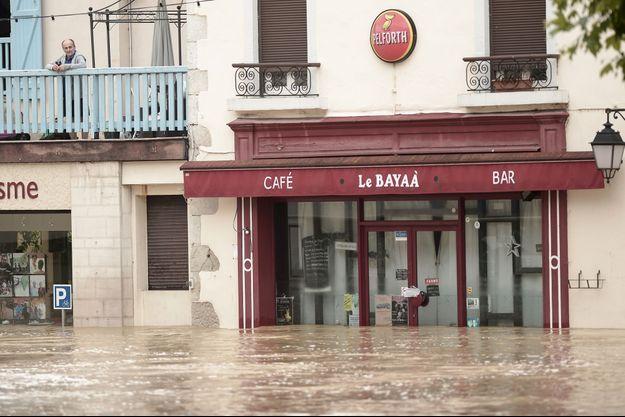 Les rues de Salies-de-Béarn totalement inondées.
