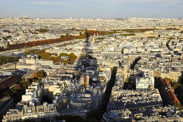 L'ombre de la Tour Eiffel plane sur Paris.