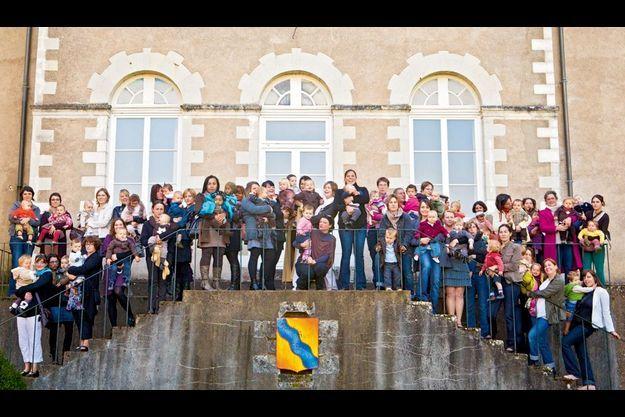 Baby-boom à Joué-sur-Erdre. Les bébés de 2010 et leurs mamans, réunis devant la mairie, dimanche 16 octobre. Seulement six de ces familles sont originaires de la commune, les autres s'y sont installées récemment.