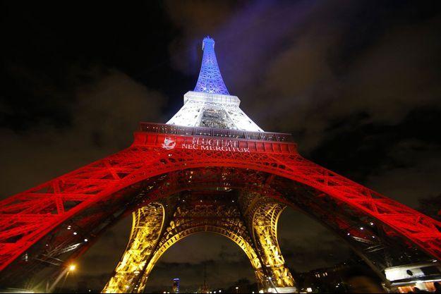 La Tour Eiffel a revêtu sa robe bleu-blan-rouge pour rendre hommage aux victimes.