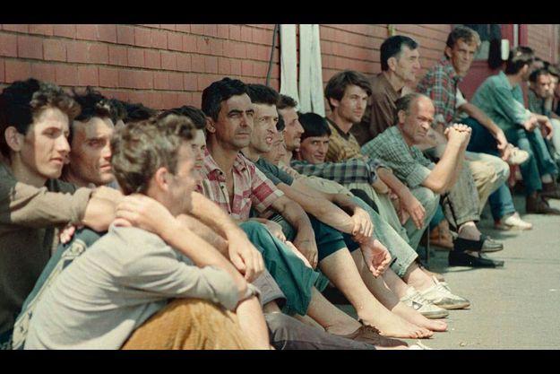 Des prisonniers du camp de concentration d'Omarska (photo prise en 1992).