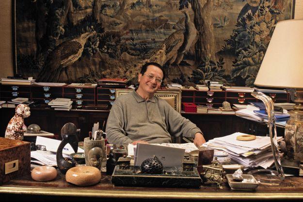 Dans son bureau de la rue Vintimille à Paris. Les tapisseries et les meubles XVIIe et XVIIIe siècles voisinent avec les collections d'arts premiers.