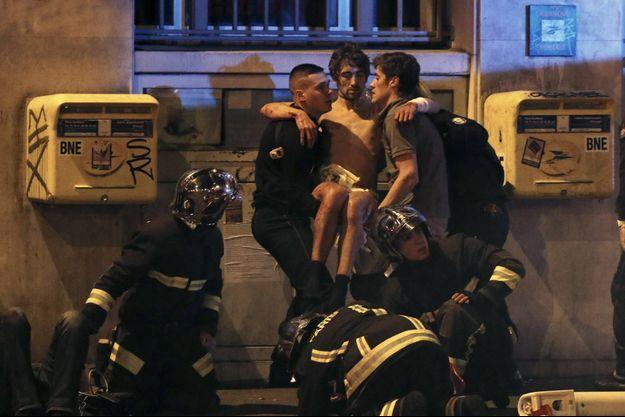 Un blessé pris en charge par les pompiers et des passants.