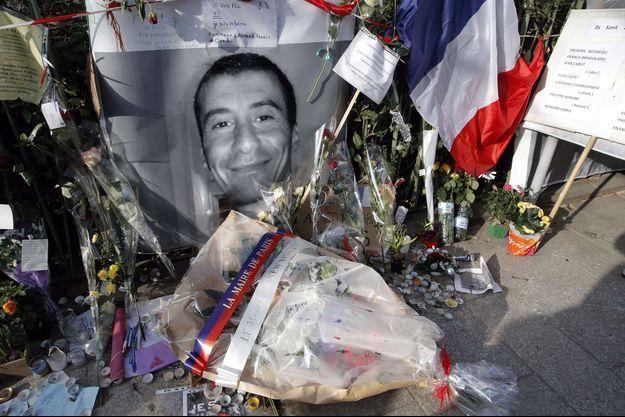 Photo d'un hommage à Ahmed Merabet, sur les lieux de l'attentat commis le 7 janvier 2015, à Paris.