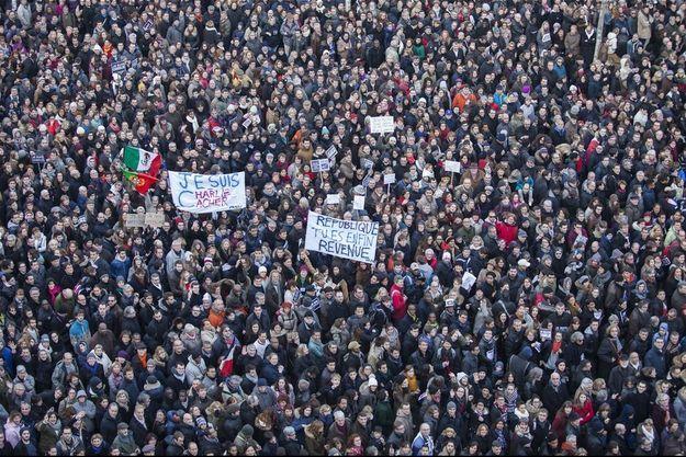 Place de la République, dimanche 11 janvier. A 14 h 30, elle est déjà noire de monde.