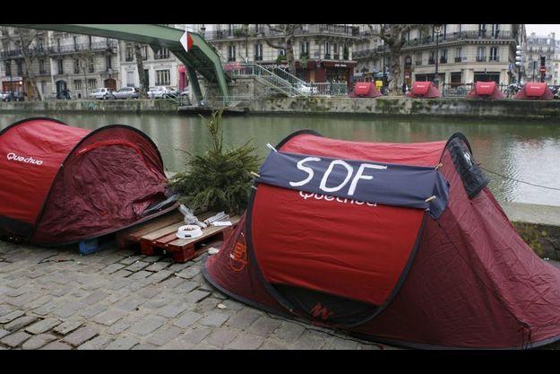 """Les tentes des """"Enfants de Don Quichotte"""" le long du Canal Saint-Martin à Paris en décembre 2006."""