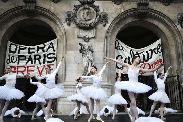Les danseuses devant l'opéra mardi 24 décembre.