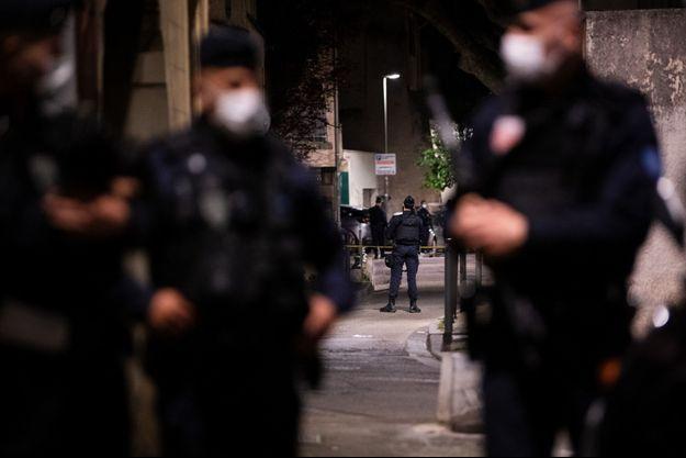 Des policiers postés non loin du lieu où le brigadier a perdu la vie, mercredi, à Avignon.