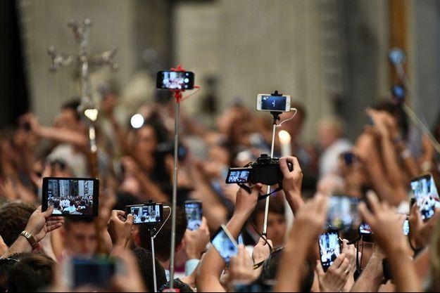 Nuée de téléphones lors de l'arrivée du pape le 1er septembre 2016, pour une cérémonie dans le cadre de la Journée mondiale de prière pour la création.