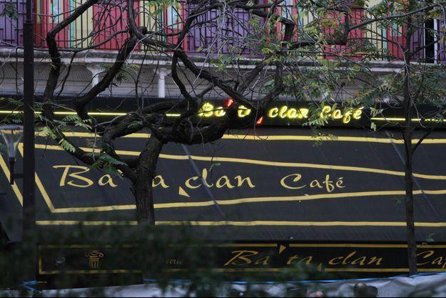 La foule s'est recueilli au Bataclan en mémoire des victimes des attentats