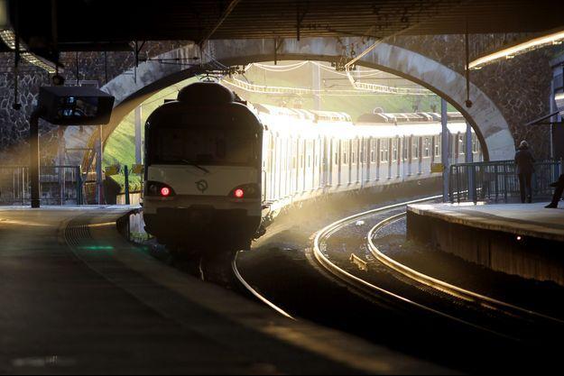 Un train part de la gare de Fontenay-Sous-Bois, sur la ligne A du RER.
