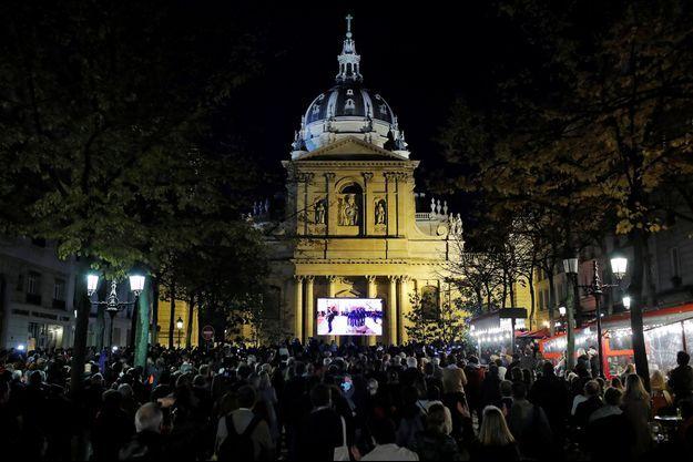 De nombreux Parisiens ont rendu hommage à Samuel Paty, place de la Sorbonne.