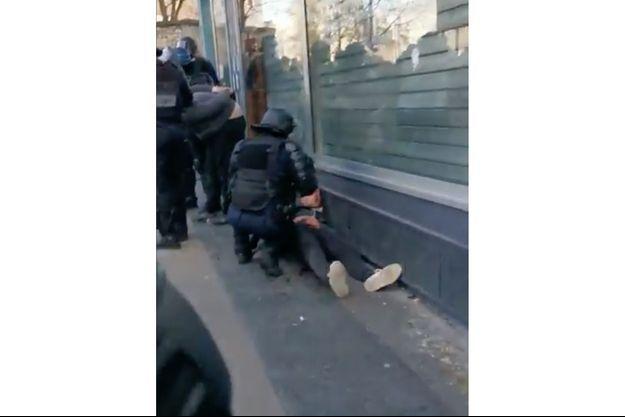 Une capture écran d'une des vidéos montrant le manifestant au sol frappé par un policier, samedi, à Paris.