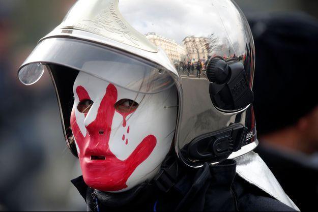 Photo d'un pompier manifestant contre la réforme des retraites le 28 janvier 2020 à Paris.