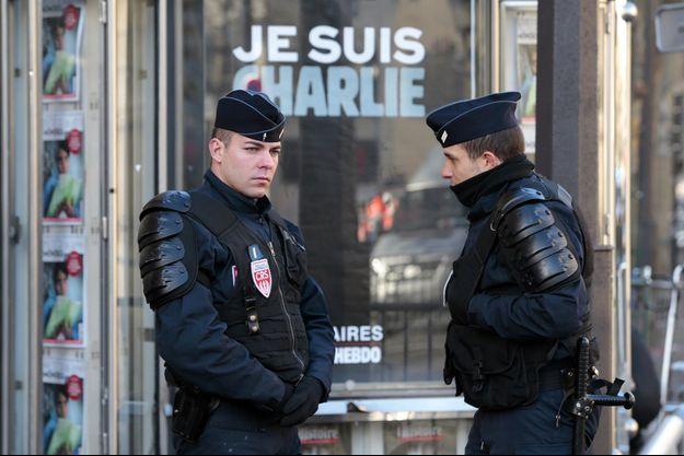 Des policiers à Paris quelques jours après l'attentat.
