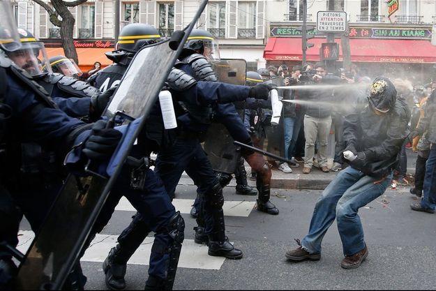 Les forces de l'ordre se sont opposé à des manifestants place de la République, à Paris.