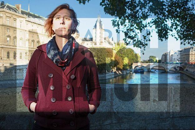 Le 27 septembre, à Paris. Emily sur le parapet du Pont-Neuf. Derrière elle, le siège de la police judiciaire.