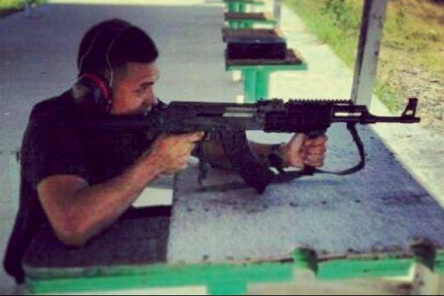 Sur le profil Facebook de Saïd Kouachi, on peut voir son frère Chérif tirant avec une kalachnikov.