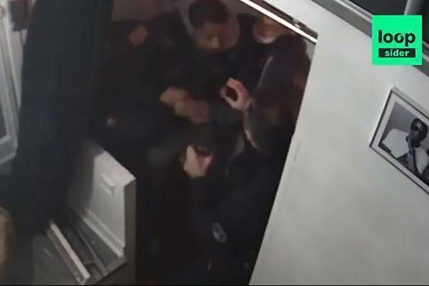 Michel, producteur de musique, a été brutalisé par plusieurs policiers, dans son studio.