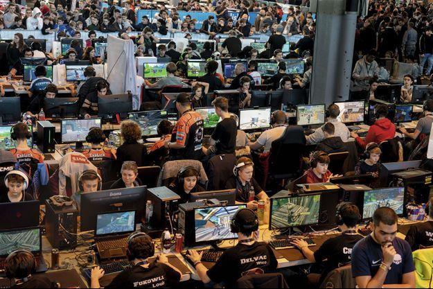 ompétition de sport numérique Le 19 janvier, 296 participants de 12 ans et plus se sont donné rendez-vous à Colmar pour le clic qui tue. Certains sont venus avec leur maman, d'autres avec leur coach. Les vainqueurs recevront des milliers d'euros de prime.