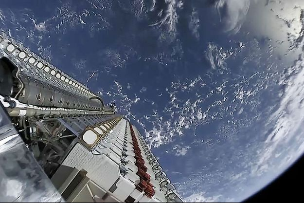 Lors du déploiement d'un satellite en orbite autour de la Terre dans le cadre de la mission Starlink.