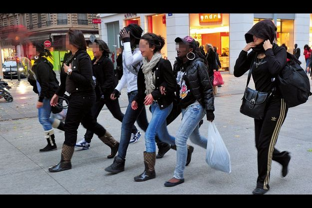 Vendredi 22 octobre, 17 h 30. Rue de la République, les filles chantent et scandent des slogans anti-Sarkozy. Elles se dirigent vers la place Bellecour qui fut la veille le théâtre d'affrontements. De g. à dr. : Cynthia, Alice, Kenza, Cindy, Périne, Charlène et Line.