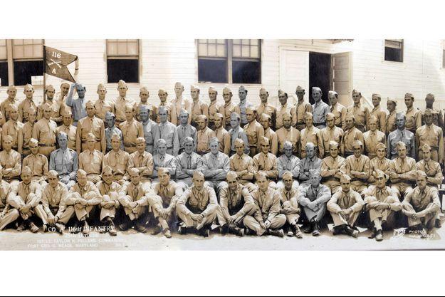 """Détail de la photo de la compagnie A, prise en juillet 1941, à Fort Meade, dans le Maryland, cinq mois avant l'entrée en guerre des Etats-Unis. Parmi ces hommes,16 des 19 """"Bedford Boys"""" (en gris), tombés le 6 juin."""
