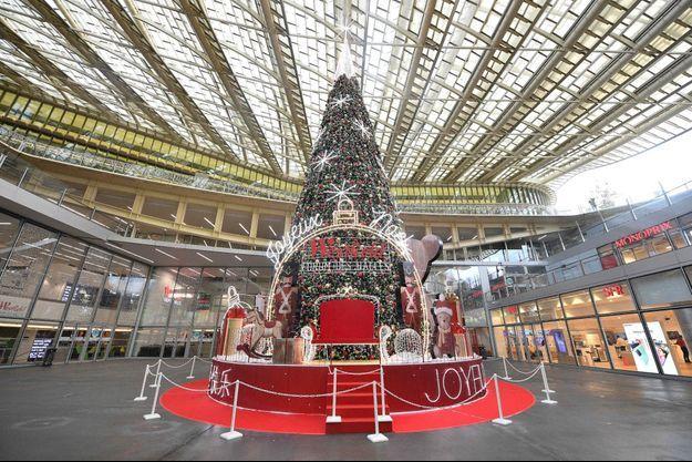 Le sapin de Noël au Forum des Halles, à Paris, le 15 novembre 2020.
